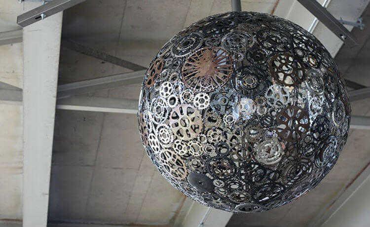Partes de uma bicicleta transformada em lustre