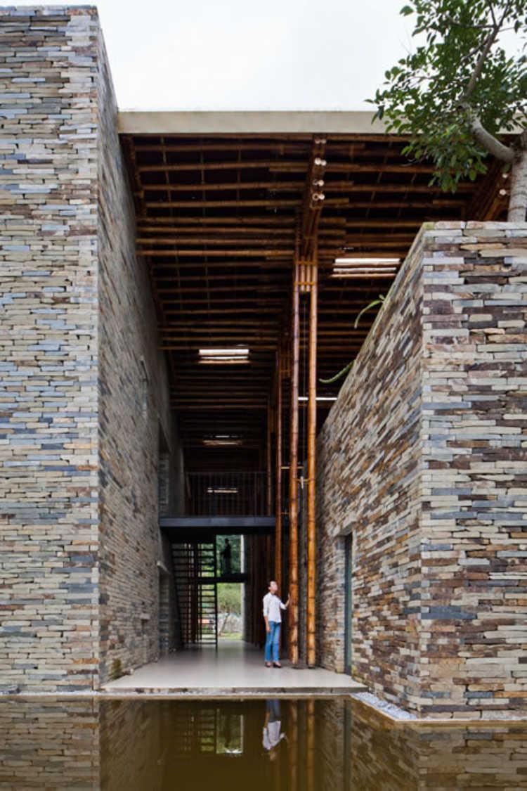 Exterior do restaurante construído com bambus e pedras