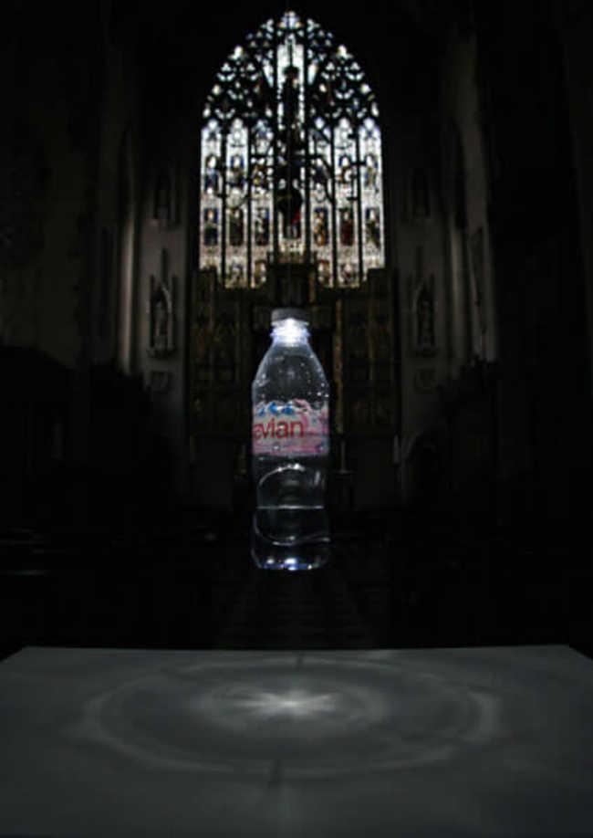Luminária usa garrafa PET