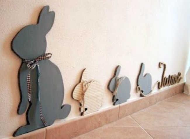 Coelhos de papel preso na parede
