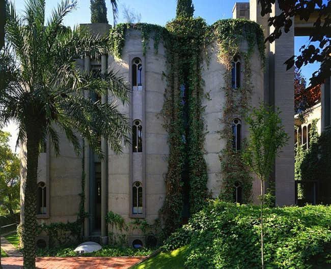 """Antiga fábrica de cimento é transformada em """"castelo verde"""""""