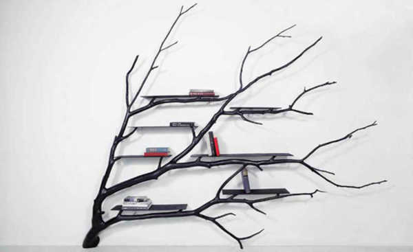 Galho de árvore caído se transforma em linda estante para livros