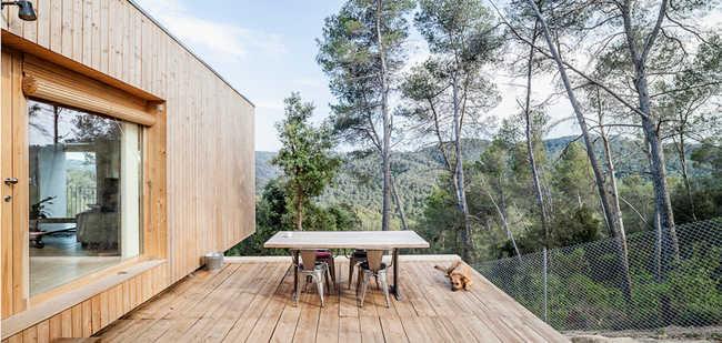 Casa nas montanhas tem telhado verde e ventilação cruzada