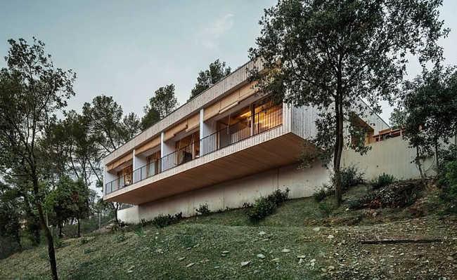Casa nas montanhas tem telhado verde