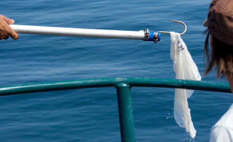 plástico que polui os oceanos