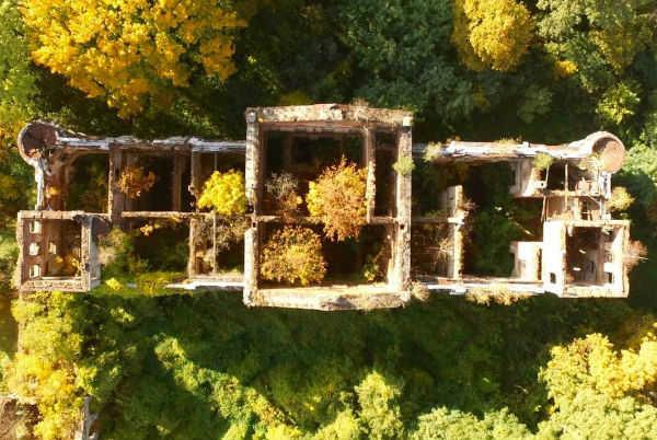 Ruínas de um antigo castelo em Slawikow, na Polônia