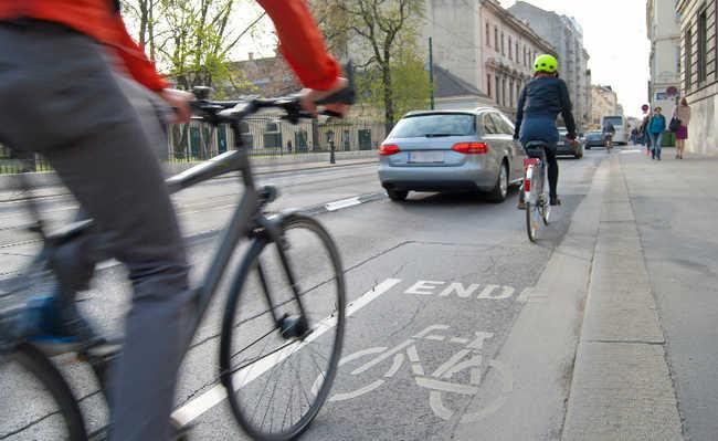 Rua com bicicletas e carros