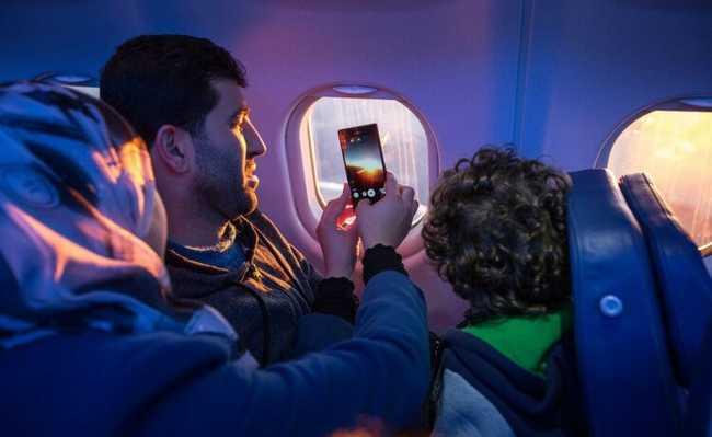 Família tirando foto em avião
