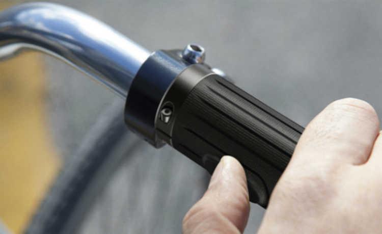 49f444f1cb8 Cada uma das luzes se localiza em um canto do guidão e são necessárias  tampas de alumínio anodizado para segurar as pilhas recarregáveis tipo AA,  ...