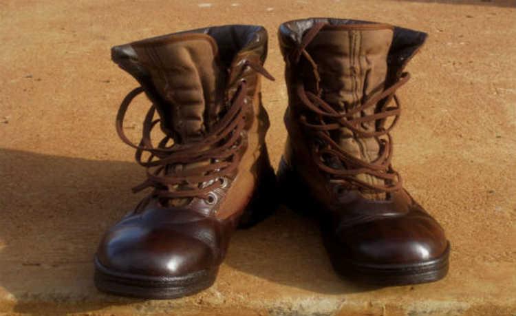 Existem formas sustentáveis de limpar as manchas do couro de sua bota
