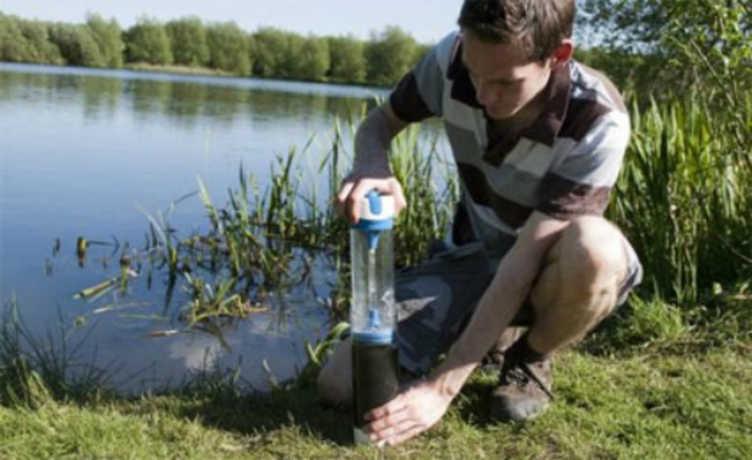 Garrafa com filtro foi criada para ajudar comunidades com pouco acesso à água limpa.
