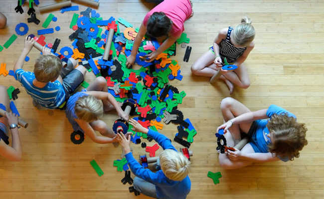 Crianças brincando com YOXO