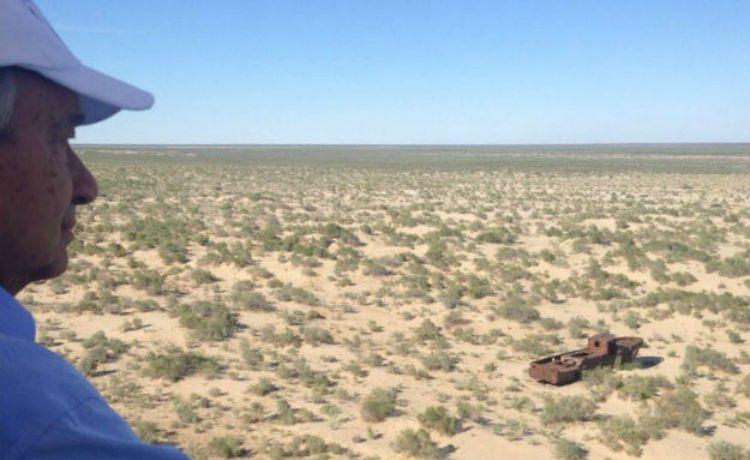 Guterres observando Mar de Aral